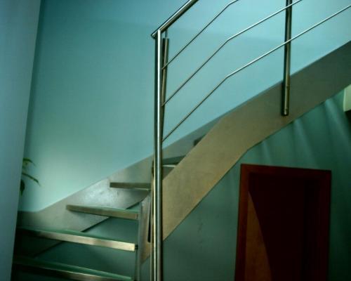0002. nerezové schody, skleněné nášlapy, nerezové zábradlí v interiéru