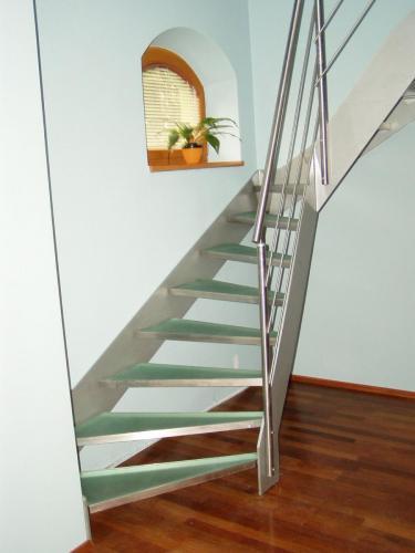 0003. nerezové schody, skleněné nášlapy, nerezové zábradlí v interiéru