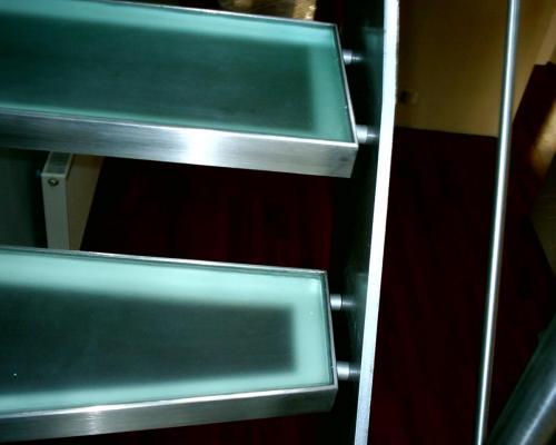 0004. nerezové schody, skleněné nášlapy, nerezové zábradlí v interiéru