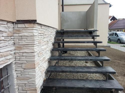 0010. OK schodů, plechové nášlapy RD Hustopeče