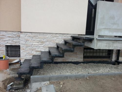 0011. OK schodů, plechové nášlapy RD Hustopeče