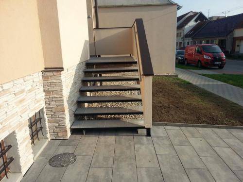0012. OK schodů, plechové nášlapy RD Hustopeče (2)