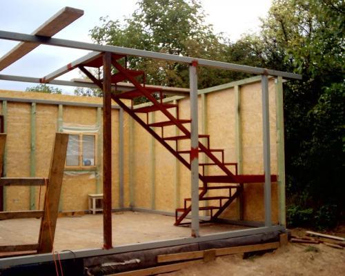 0014. ocelová konstrukce schodů v dřevostavbě