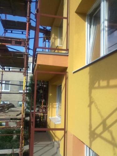 0050. ocelové zábradlí a dělící stěny balkonu, revitalizace panelového domu, Hodonín