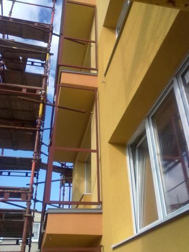 0051. ocelové zábradlí a dělící stěny balkonu, revitalizace panelového domu, Hodonín