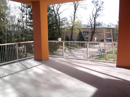 0060. zábradlí terasy, žárový zinek, ZŠ Moravský Krumlov