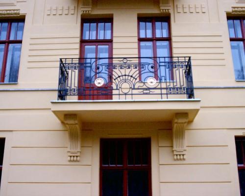 0065. replika  zábradlí balkonu, prvorepublikového domu, Brno Hlinky