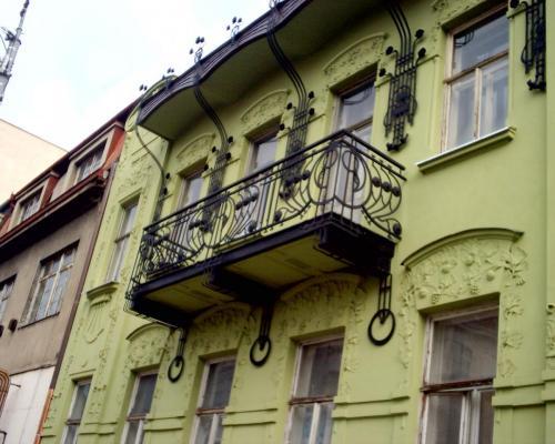 0069. repase zábradlí a okrasných prvků na domě z první republiky, Brno Královo Pole