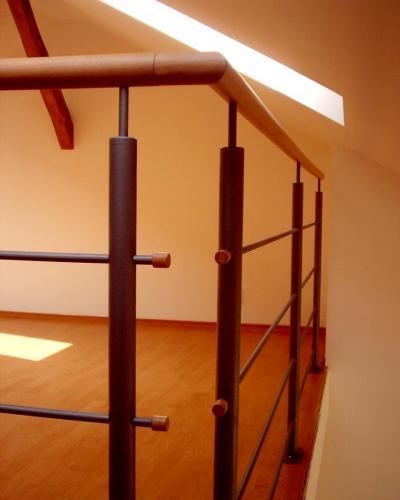 0076. ocelové zábradlí s dřevěným  madlem v interiéru, půdní vestavba Brno