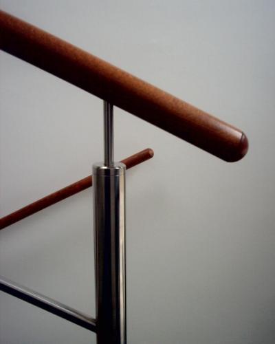 0080. nerezové zábradlí s dřevěným madlem, kanceláře Brno