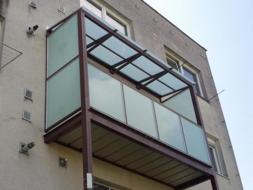 0083. přístavba balkonu se skleněnými výplněmi a stříškou, panelový dům Hustopeče
