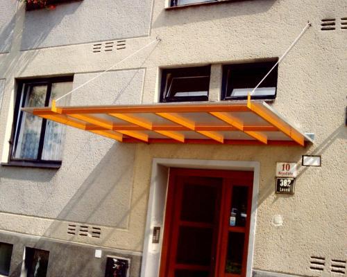 0087. stříška nad vchodem panelového domu, Brno Lesná