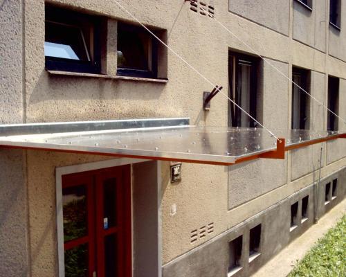 0088. stříška nad vchodem panelového domu, Brno Lesná